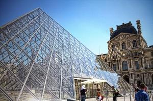 ツール・ド・フランスのパリ周回コースの風景 ルーブル美術館