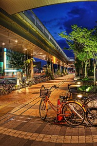 岡山駅西口の美ママちゃりと高架歩道橋