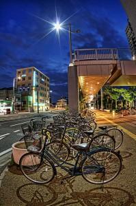 岡山駅西口、街灯の光と美ちゃり