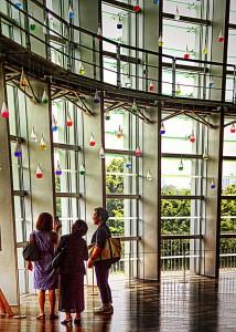 国立新美術館INSIDE 窓際のアート