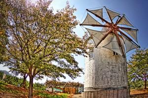 岡山市サウスビレッジのギリシャ風車