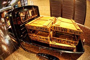 梅田スカイビルと木箱のビールケース
