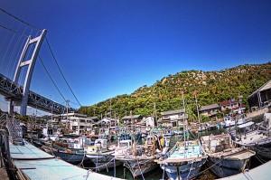 瀬戸大橋の真下の田土浦公園deポタリング 漁船と橋