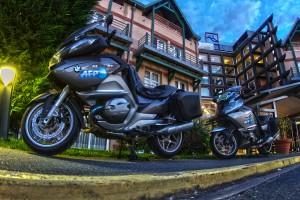 HDR in GOLF COURSE @ゴルフ場のホテル玄関に止めてあるバイクの前で1枚撮ってみた!