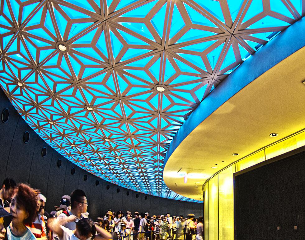 エレベータ乗り場の派手な天井