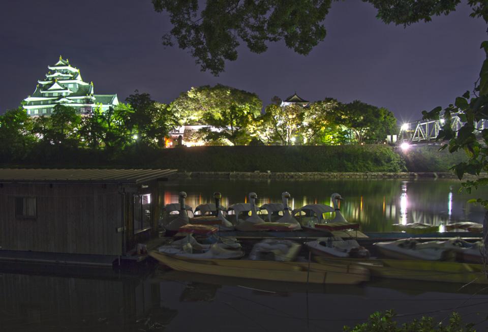 岡山城 烏城灯源郷 旭川の月見橋の下のスワンボート