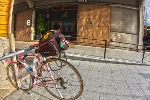 OnomichiU2 @8番バース前で見つけた、でかいサドルバッグの自転車