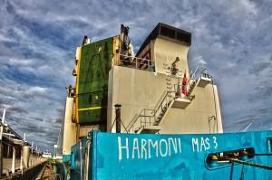 OnomichiU2 @目の前に接岸敷いているHONDA車を運ぶRORO船
