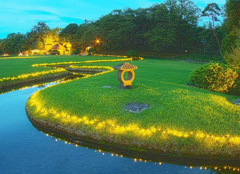 幻想庭園 日没前の岡山後楽園の小川とイルミネーション