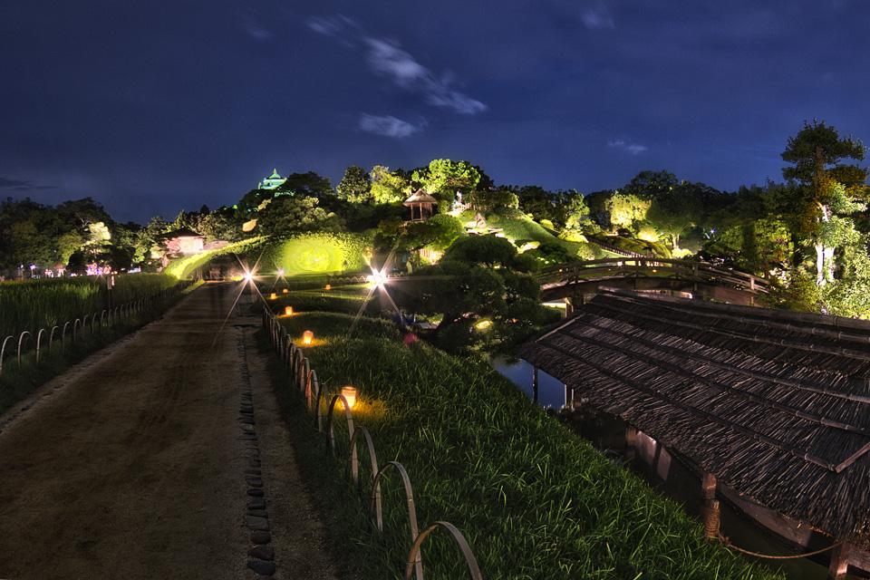 岡山後楽園 幻想庭園 小道から少しだけ見える岡山城の天守閣!