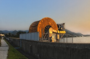 ふぉとぽた浦安公園 @夕日に輝くオイルフェンス巻き取り機
