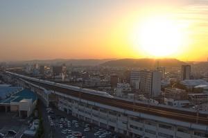イオンモールでHDR@屋上駐車場から見た夕日と山陽新幹線のぞみ