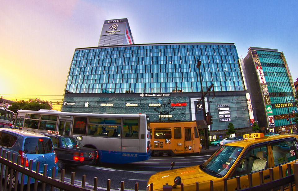 桃太郎大通りにあるビックカメラと路面電車
