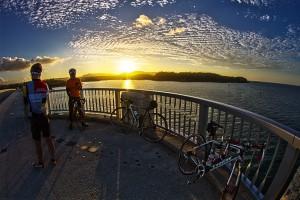 古宇利大橋のまんなかで絶景夕陽@ツール・ド・おきなわ2015でHDR