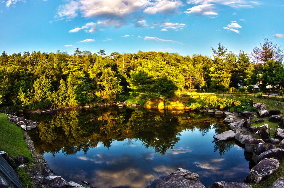 岡山リサーチパークの池に写る雲