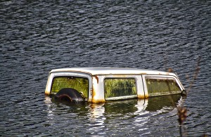 廃屋のレストランの前で水没している車@水没村