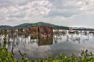 不思議な雰囲気で水面に反射している廃墟のコテージ@水没村