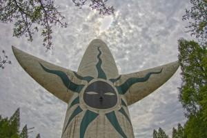 過去を表す背面に描かれた黒い太陽@万博記念公園