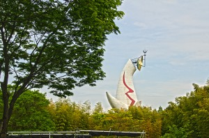 竹林の奥に見える太陽の塔@万博記念公園