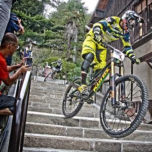 石段320段を高速で駆け下りるレッドブルホーリーライド@Red Bull Holy Ride