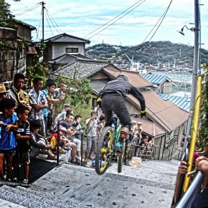まるで階段からダイブしているかのように走るライダー!@Red Bull Holy Ride