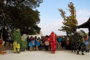 厄払いのために並んでいる初詣の参拝者@獅子舞