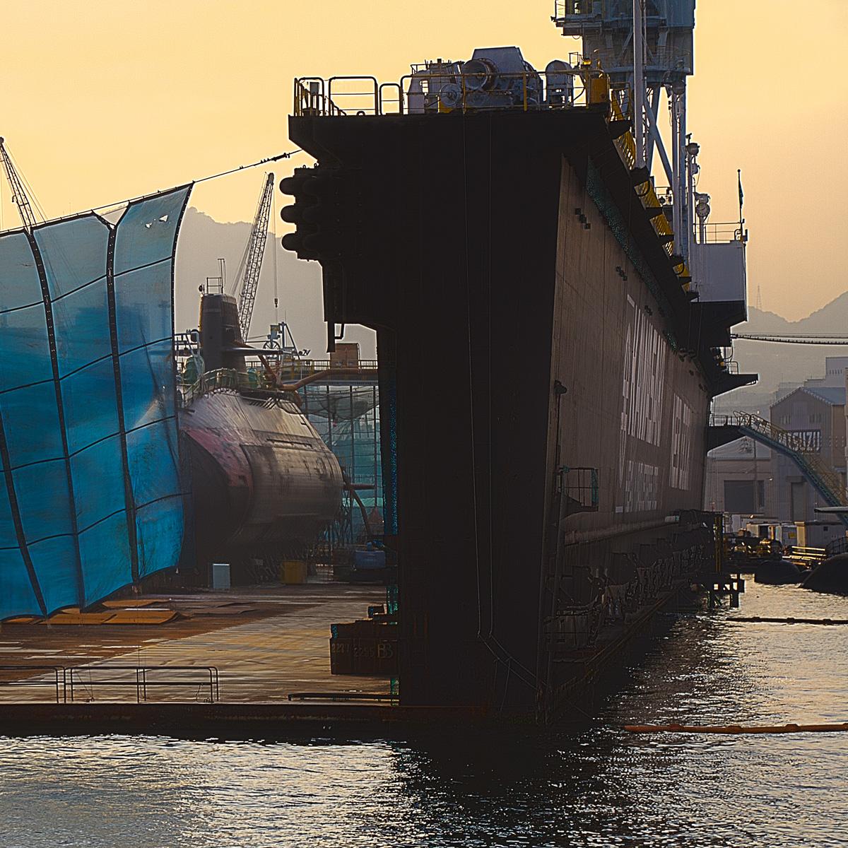 ドックの中の建造中の潜水艦