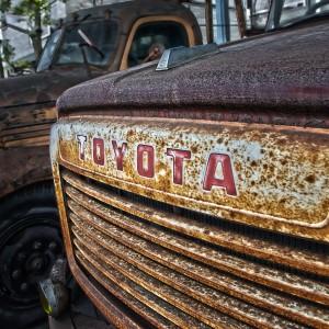 錆びたトヨタF型ボンネット消防車Part1、フロントエンブレム@RUSTED CAR