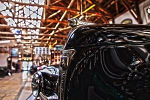 プジョー203のボンネットの上で吠えるライオン@Vintage Car