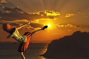 太陽に回し蹴りをする3Dモデル【瀬戸内海の雲間から顔を見せた夕日シーン】@瀬戸埠頭の見える岬でHDR