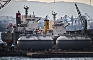 撮影スポットからみたサノヤスドックのLNGタンク@瀬戸埠頭の見える岬でHDR