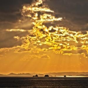 太陽光が雲にさえぎられてできた海のホットスポット!@瀬戸埠頭の見える岬でHDR