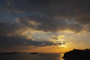 腰に手を当てた少女の3Dモデル【瀬戸内海の雲に隠れてる夕日シーン 】@瀬戸埠頭の見える岬でHDR
