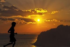 ジョギングする少女の3Dモデルのシルエット【瀬戸内海の雲間から顔を見せた夕日シーン】@瀬戸埠頭の見える岬でHDR