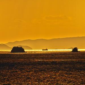 色彩の魔術師 緑川洋一先生を思い出すような、海面の輝きに寄せてみた!@瀬戸埠頭の見える岬でHDR