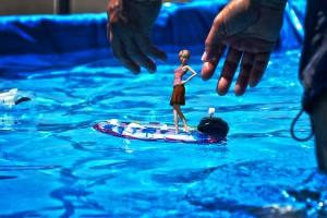 おもちゃのボートにミニチュア3Dモデルをセットしている感じのコンポジット@たまの港フェスティバルでHDR