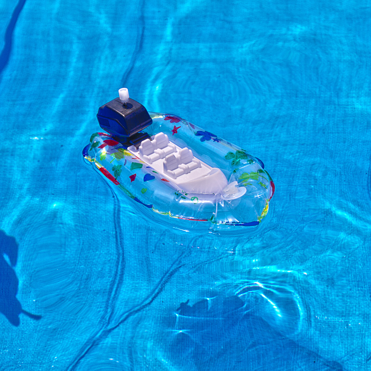 空中に浮いているように見えるボート