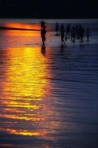 黒島ビーナスロードの海面に反射する夕日@黒島ビーナスロード