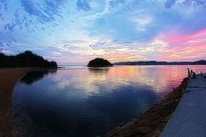 ビーナスロードの東の空がピンクに染まった@黒島ビーナスロード
