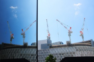 ビルのガラスに映った大型クレーン@Building in Sky