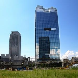 空地の草とスカイビル@Building in Sky