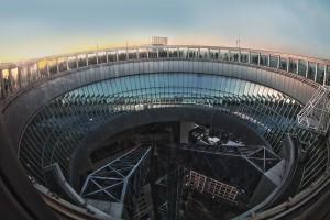 オープンエアの屋上回廊「スカイ・ウォーク」で夕日を撮る人たち@空中庭園