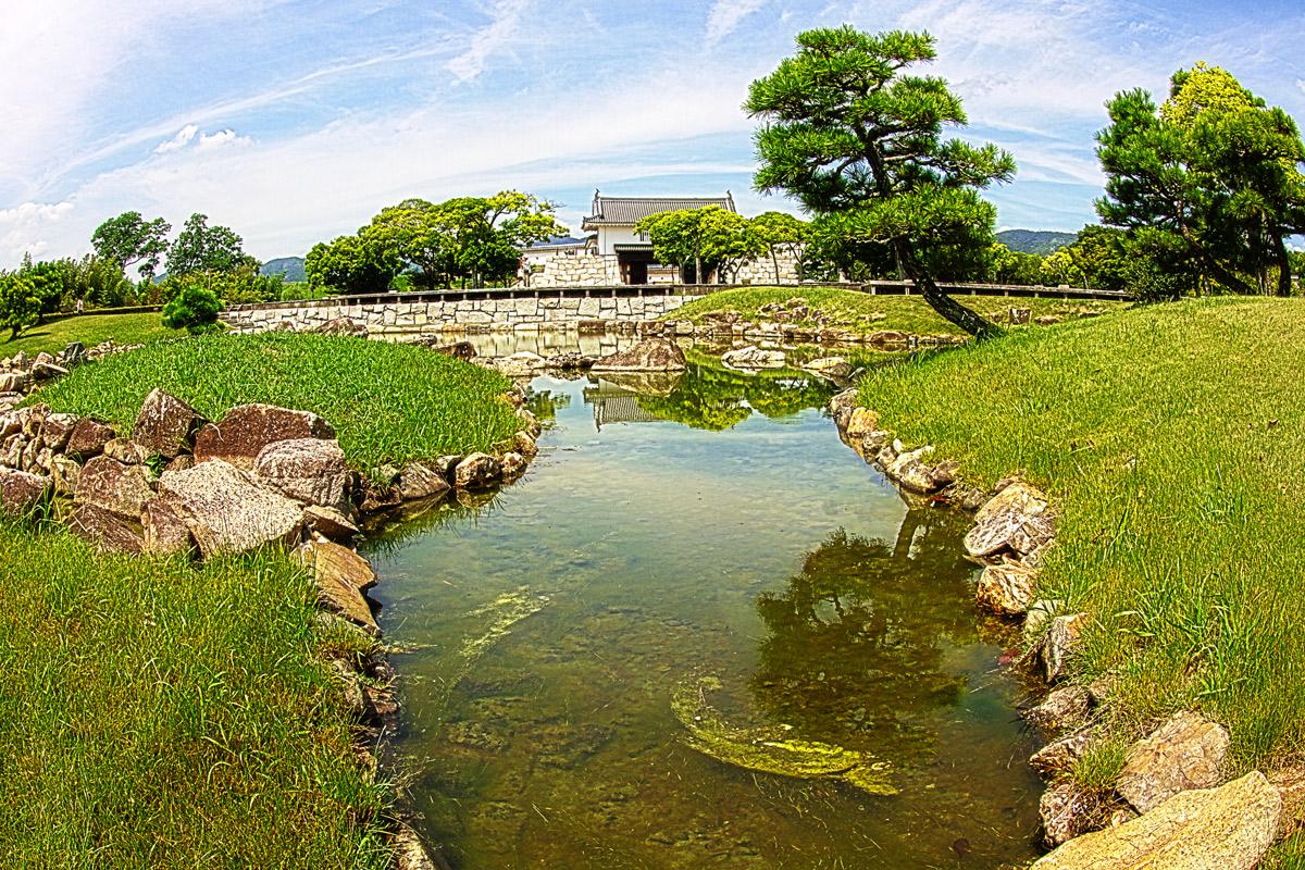 本丸庭園と本丸櫓門