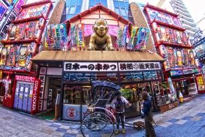 通天閣を背景に記念写真@OsakaChips2