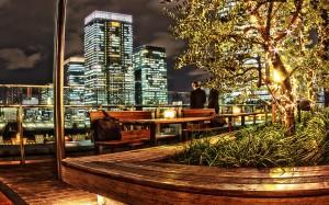 新丸ビル7階テラスのビジネスマン@夜の東京駅丸の内駅舎