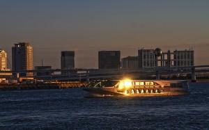 夕陽が窓に反射するジュビリー@東京湾クルーズ