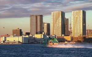 ザ・トーキョー・タワーズの前を走る高速ジェット船@東京湾クルーズ