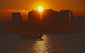 ビルの間に隠れそうな夕日@東京湾クルーズ