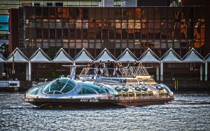 日の出桟橋前を航行するホタルナ@HOTALUNA
