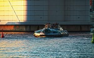 巨大な橋げたの前を航行するホタルナ@HOTALUNA